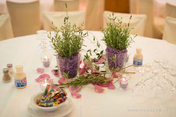 hochzeit tischdeko glasvasen rosmarin und lila deko rosenbl tter hochzeit pinterest. Black Bedroom Furniture Sets. Home Design Ideas