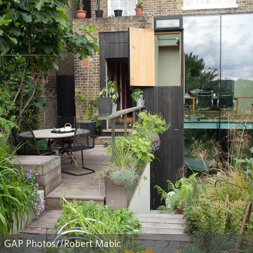 Die Innenhofgestaltung auf mehreren Ebenen bietet zahlreiche Möglichkeiten. Ideal eignen sich Terrassen mit Holzdielen, durch die zu große Stufen zwischen…