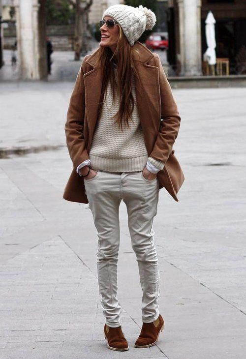 Den Look kaufen:  https://lookastic.de/damenmode/wie-kombinieren/mantel-strickpullover-jeans-chelsea-stiefel-muetze-sonnenbrille/8041  — Hellbeige Mütze  — Dunkelbraune Sonnenbrille  — Hellbeige Strickpullover  — Brauner Mantel  — Hellbeige Jeans  — Braune Chelsea-Stiefel aus Wildleder