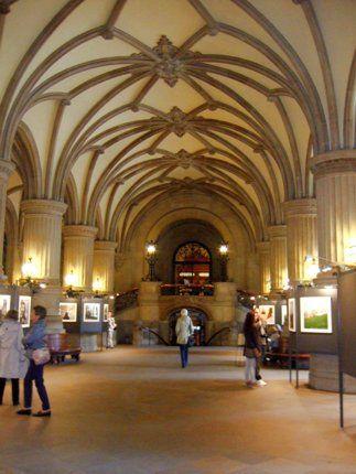 """Die Rathausdiele des Hamburger Rathauses ist die große Eingangshalle. Hier finden regelmäßig Ausstellungen statt. Von der """"Diele"""" aus gelangt man über die ..."""