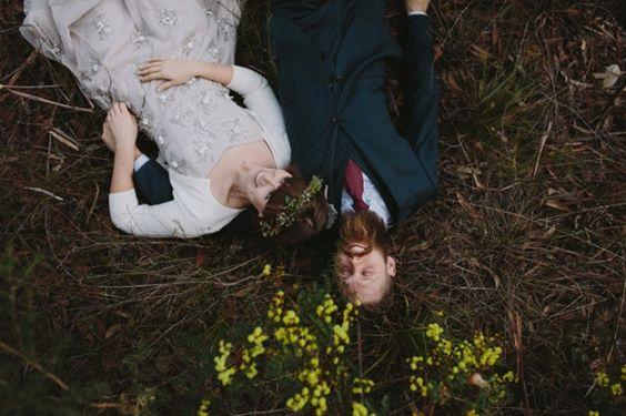 Uma foto com o noivo de olhos fechados bem encostado no cabelo da noiva, enquanto a noiva ri. Todas as fotos desse casal estão maravilhosas! ♡