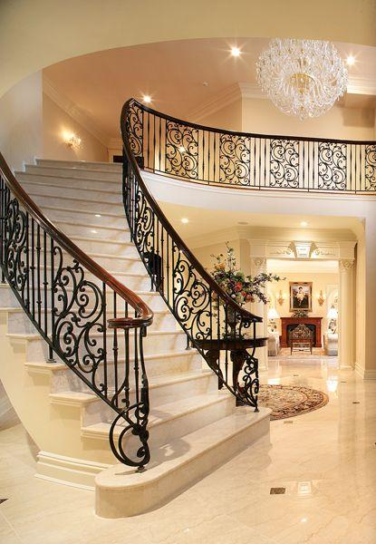 Una gran escalera.