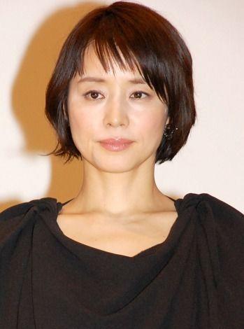 黒いドレスの石田ゆり子