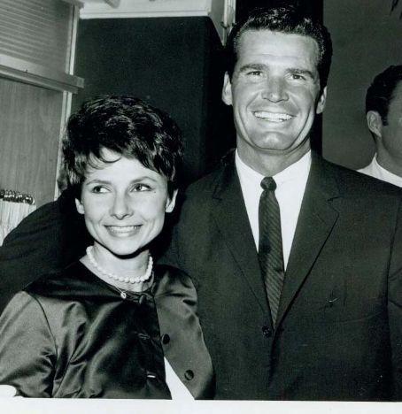 James Garner y Lois Clarke se casaron el 17 de agosto 1956, después de conocerse 14 días antes.: