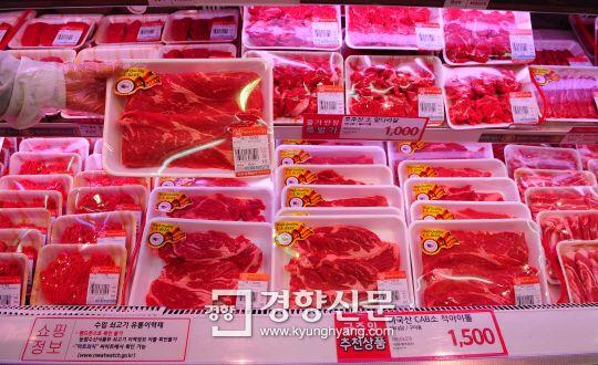 [경향포토]한미FTA발효 쇠고기 http://bit.ly/AeHgk7 대형마트 정육매장에서 직원이 미국산 소고기를 진열하고 있다.