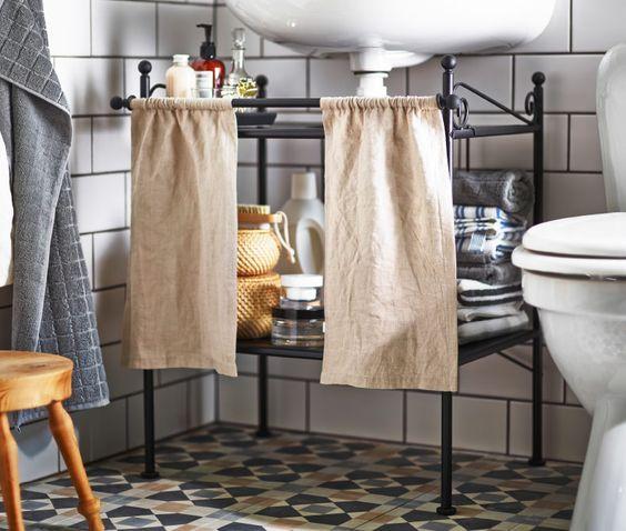 Es gibt wirklich clevere Möglichkeiten, ohne ein einziges gebohrtes Loch mehr Aufbewahrung im Bad zu schaffen. Eine davon ist, den Platz unter dem Waschbecken durch ein Waschbeckenregal zu nutzen. Badezimmer, u. a. mit RÖNNSKÄR Waschbeckenregal in Schwarz