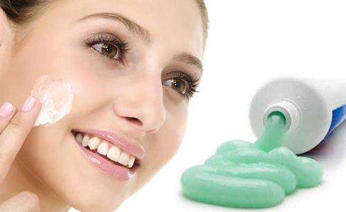 Sử dụng kem đánh răng có thể chữa mụn cám rất tốt