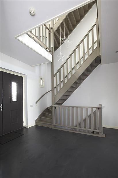 Trap in hal ook naar kelder binnen huis pinterest - Huis trap ...
