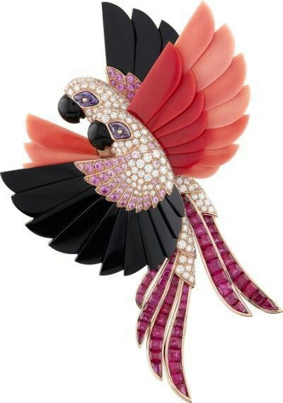 """Van Cleef & Arpels presents its new High Jewellery collection – """"L'Arche de Noé racontée par Van Cleef & Arpels"""" – during the month of September with an exhibition open to the public and free at the Hotel d'Evreux. Macaws"""