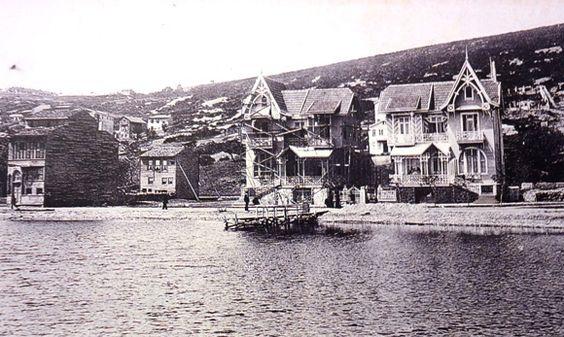 Kınalıada Sirakyan İkiz Evleri. (Deniz kıyısında iskelenin yanındaki bu evler, 20. yy. başlarında İzkon Sirakyan yaptırmış.) Günümüzde bu evlerden sağdaki Levon Güleryüz ve ailesine, soldaki ise Hayk Arslanyan'ın kızkardeşine aittir.
