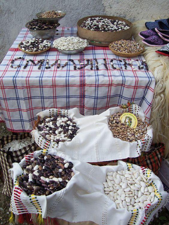 I #fagioli di Smilyan sono molto apprezzati non solo nella comunità, dove rappresentano un elemento centrale della dieta locale, ma in tutta la regione. Sono di due tipologie: i primi, più piccoli, marroni con screziature nere, sono ingrediente di minestre o della trahna, uno stufato di fagioli e mais tipico della zona; i secondi, più grandi, con semi bianchi o viola con screziature, sono ottimi nelle insalate oppure fritti in un impasto di acqua, farina e uova. #SlowFood #Bulgaria