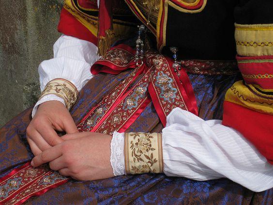 Costume bigouden by Office de Tourisme de Pont-lAbbé, via Flickr