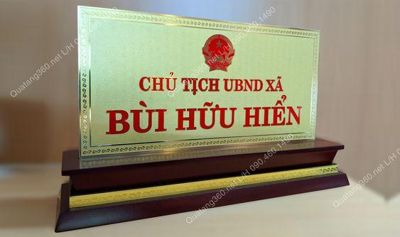 Biển tên để bàn chủ tịch ủy ban nhân dân xã
