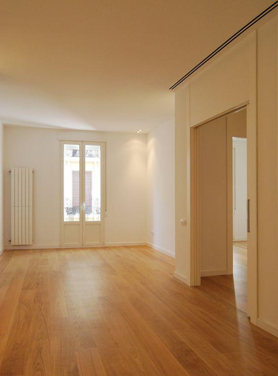 Sal n de apartamento con suelo de parquet rejillas - Radiadores de aire ...