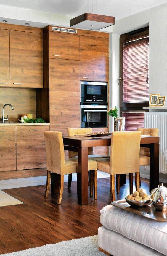 Wysoka zabudowa kuchenna Przytulna kuchnia w drewnie   -> Kuchnia Zabudowana Do Sufitu
