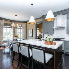 las sillas altas en la parte anexa de la cocina y las lamparas de pendiente.