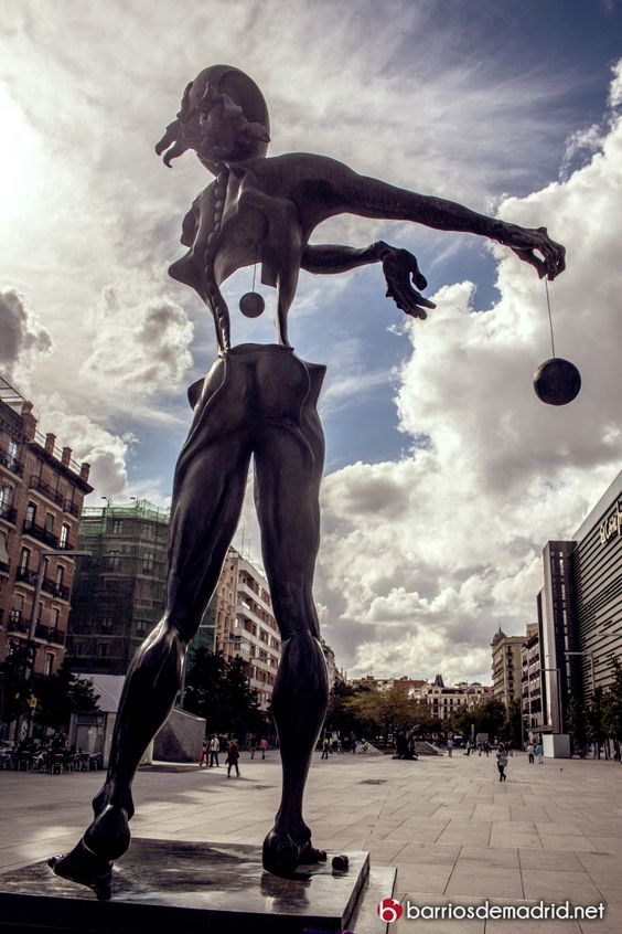 El distrito más caro de España   Bienvenidos a barrio Salamanca  NUEVA ENTRADA http://barriosdemadrid.net/?p=2105  Actualmente, es el barrio en el que el precio de la vivienda es el más elevado: de media se puede llegar a pagar 1.300.000 euros, y una de las principales zonas de negocios de Madrid: en ella se dan cita los más poderosos bancos y los más importantes bufetes de abogados del país.  © http://barriosdemadrid.net/?p=2105 #Madrid #Lujo #Fotografía #Arquitectura #BarrioSalamanca