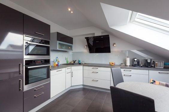 Die graue Küche harmoniert perfekt mit den dunkelgrauen - groe bodenfliesen