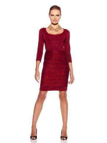 Combina un vestido simple con un collar y tacones dorados para una fiesta navideña