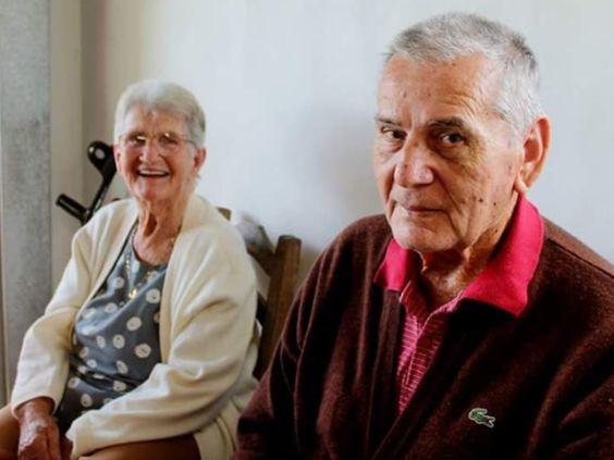 Após 63 anos juntos, casal de idosos morre no mesmo dia no Sul de SC Fernando, de 82 anos estava em casa; Delinda, de 86, morreu no hospital. 'Triste, mas estamos tranquilos por terem feito a passagem juntos', diz neta.