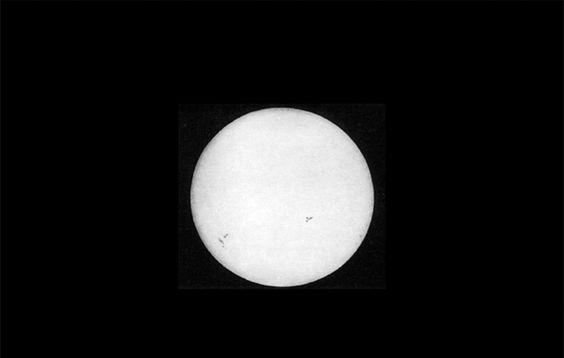 A primeira fotografia do Sol A primeira fotografia do nosso Sol foi feita pelos físicos franceses Louis Fizeau e Leon Foucault em 2 de abril de 1845. O instantâneo foi capturado usando o processo do Daguerreótipo (não diga isso a Bayard) com exposição de 1/60 segundo. Se você observar a fotografia com cuidado pode detectar várias manchas solares.