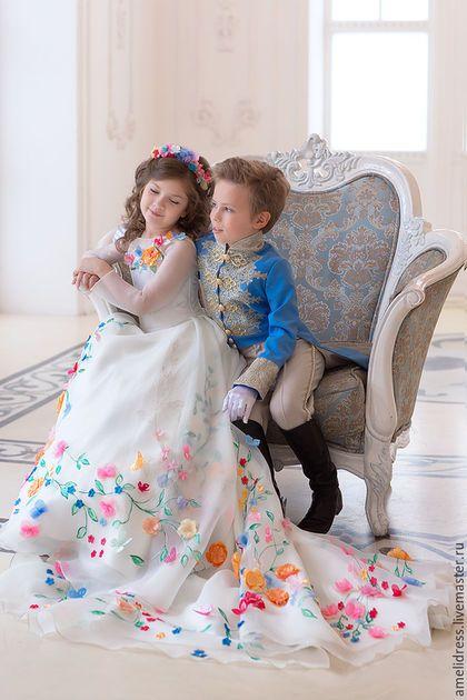 Купить или заказать Платье Золушки - невесты. в интернет-магазине на Ярмарке Мастеров. Платье для Золушки, расписано в ручную, украшено цветами сделанными в ручную, эксклюзивная работа для настоящей принцессы.