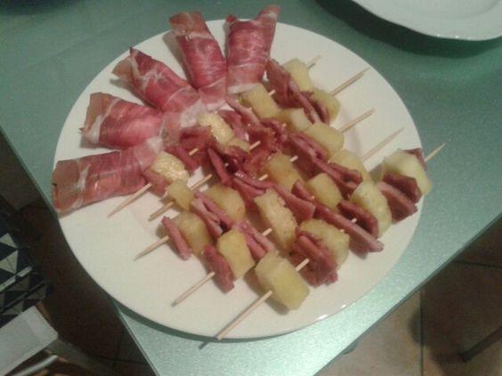 Spiedini di cotto e ananas grigliato; involtini di prosciutto crudo con ripieno di formaggio morbido e julienne di zucchine