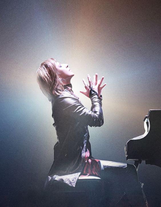 ピアノの前で手を合わせているXJAPAN・YOSHIKIの画像