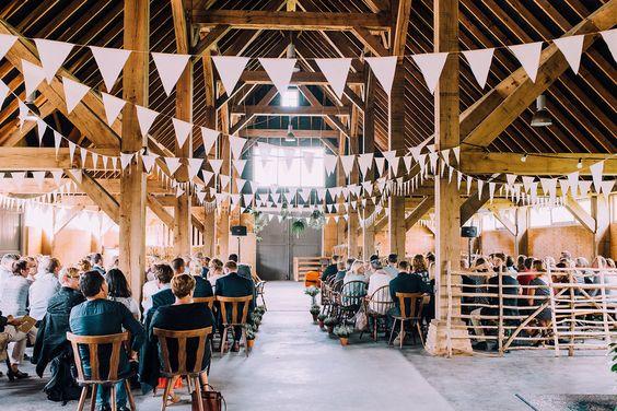 Benieuwd naar de bruilofttrends voor 2016? Lees dan deze blog. De eerste verklappen we alvast: de boerderijbruiloft gaat dit jaar supergroot worden... // Foto: Svenja Photography // Girls of honour
