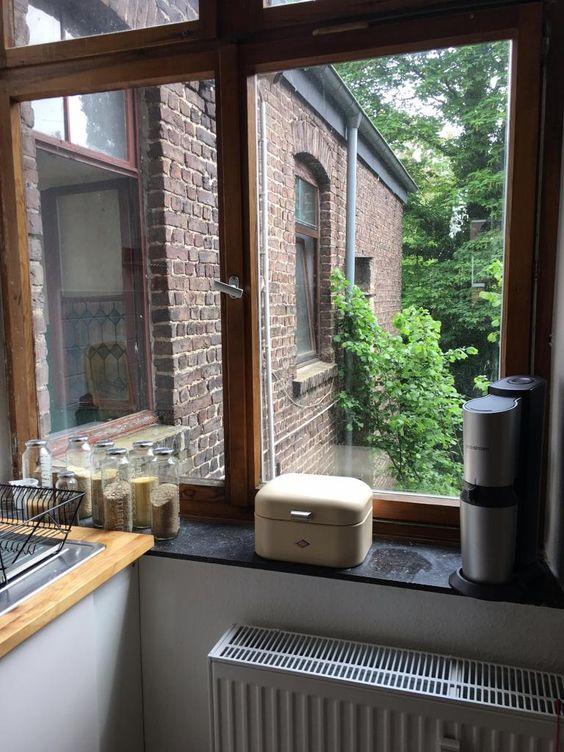 Blick aus dem Küchenfenster in Aachen mit dekorativen Gläsern auf der Fensterbank.  Wohnen in Aachen.  #kitchen #Küche #Aachen