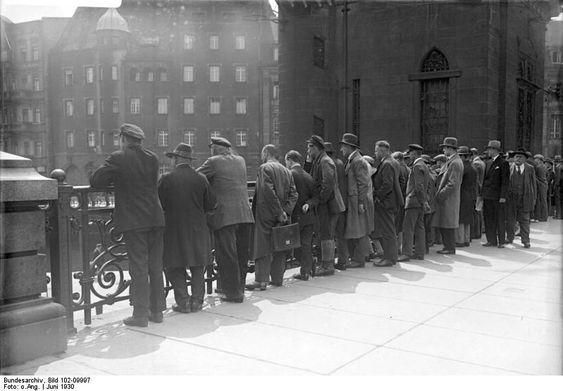 Juni 1930 Der neugierige Berliner ! Neugierige auf der Bruecke des Schleusenkanals am Koelnischen Fischmarkt.
