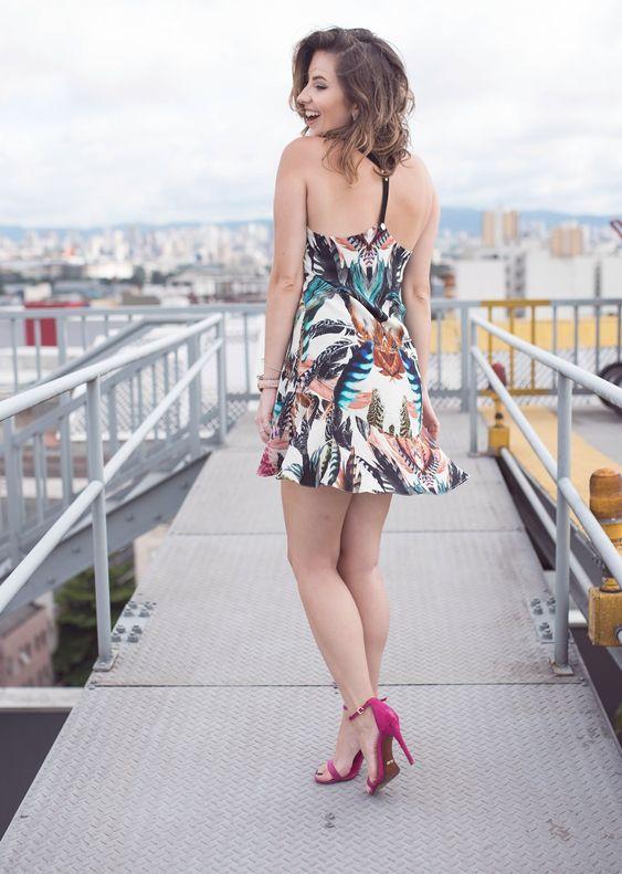 4 looks estilosos para nova estação  Para todos os tipos de corpos e estilos  by VIDA BELA  Vestido estampado, sandália de tiras pink