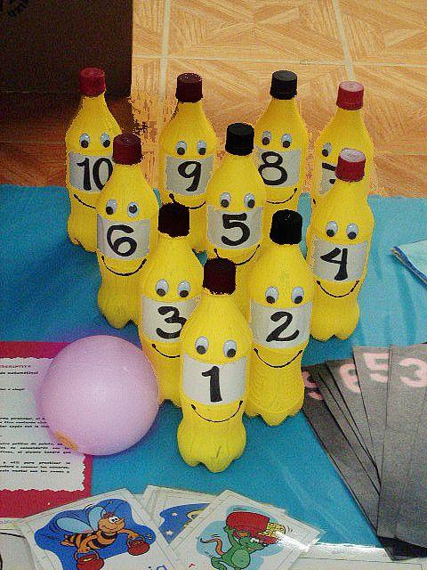 Con botellas de plástico decoradas, realizaremos unos bolos.