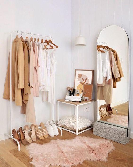 gantungan baju di kamar - life hacks dekorasi kamar estetik low budget