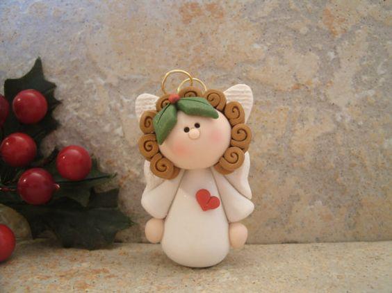 Ángel con un corazón adornos de Navidad por countrycupboardclay