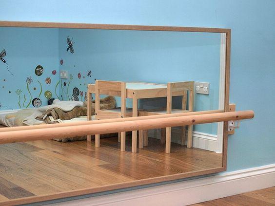 Espelho que não estilhace e barra de madeira para apoio.