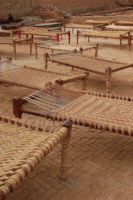 mobilier : lits-banquettes en bois et fibres tressées, vannerie, matières végétales