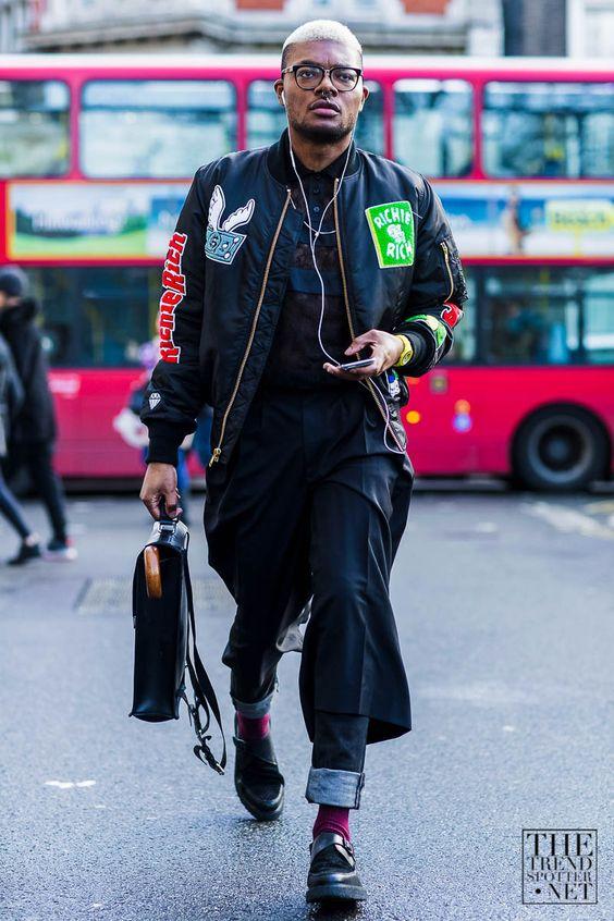 Nếu bạn thích cá tính nổi loạn thì đừng ngại chọn cho mình những chiếc áo bomber sặc sỡ đầy họa tiết mix với phong cách đầy ấn tượng quần trong quân sẽ khiến bạn đạt độ chất tuyệt đối