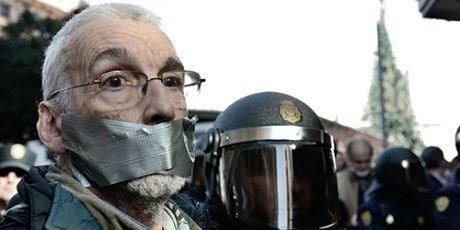 Weltweite Knebelversuche aufhalten mit dem fabelhaften Plan, unsere Demokratie mit einem globalen Team aus Rechtsexperten zu schützen. ..... Stop the crackdown - https://secure.avaaz.org/en/36_gag_laws_loc/?slideshow ..... Acabemos con la represión - https://secure.avaaz.org/es/36_gag_laws_loc/?slideshow