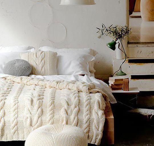 cocooning avec ce jeté de lit en tricot. Il me fait penser à celui-ci : (en soldes) http://www.helline.fr/Plaid/an056664Y/HellineFr?ShopID=sh17834216sp10021503241&var=056664