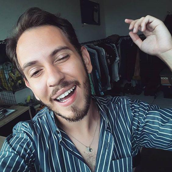 """Estou na metade no meu clareamento, mas já  me sinto confiante para sorrir! É  como diz o ditado """" A curva mais bonita do teu corpo é o sorriso."""" Claro que eu acho que ainda tem muito a melhorar (a gente sempre acha) mas como estou nas mãos  certas tenho a certeza de que terei o sorriso dos sonhos. Obrigado  Dra. @mariakateryne pelo excelente e dedicado trabalho que vêm fazendo comigo! .Obs: Sorriam!"""
