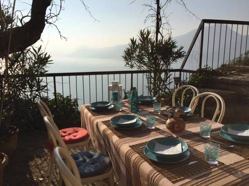 Appartamento Belvedere Torri del Benaco Appartamento Belvedere is a semi-detached holiday home located in Torri del Benaco in the Veneto Region and is 30 km from Verona. Guests benefit from terrace. Free private parking is available on site.