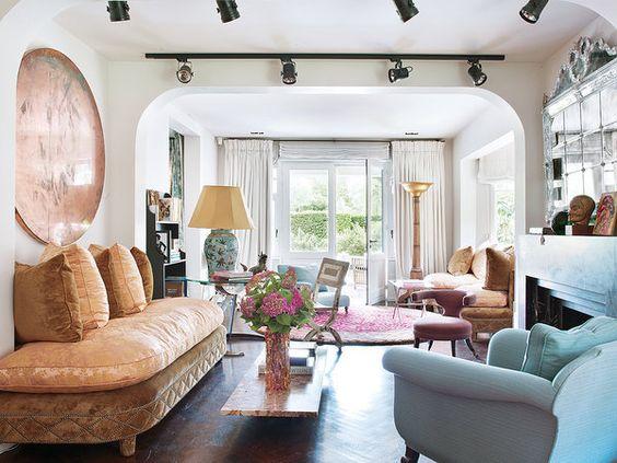 Un vivienda llena de glamour: salón con focos negros