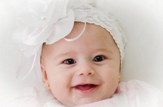 Faixa delicada em renda branca,flor cetim aplicaçao de perola e strass, http://www.elo7.com.br/faixa-para-bebe/al/50366