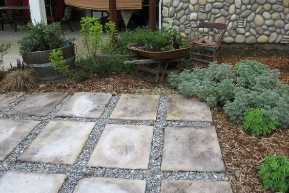 Using stepping stones and gravel to create a simple patio Simple paving ideas