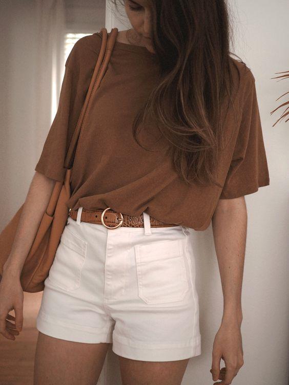Mujer con una blusa ancha que hace ver su espalda más ancha