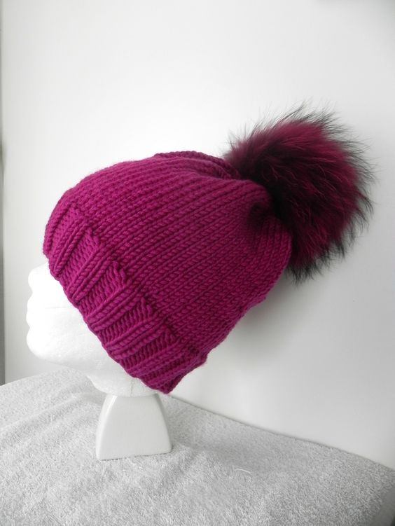 *nicht irgendeine Mütze...*   *Bommelmütze mit extra großem LuxusPelzBommel*  *die Mütze gearbeitet aus wunderschön weichem Markengarn von LANA GROSSA Beerenfarben/magenta*  *100 % Schurwolle...