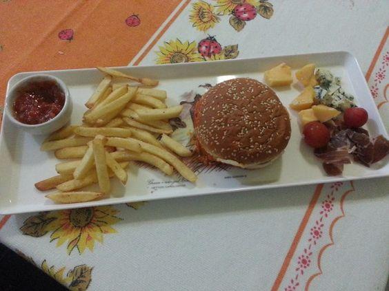 lanchinho: fritas com hamburguer, frios e catchup