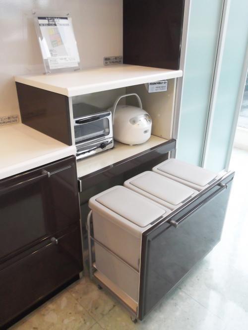 背面収納にゴミ箱も収納してスッキリ システムキッチン 流し台 バス トイレがお得 システムキッチン キッチン ゴミ箱 収納 ゴミ箱 キッチン
