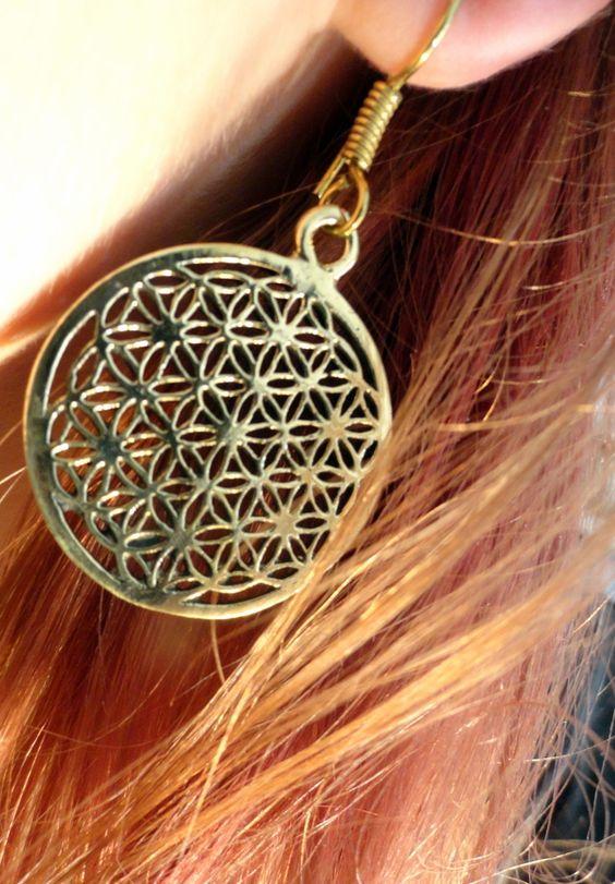 Vergoldete Ohrringe mit Symbol der Blume des Lebens. Da die Ohrringe aus einem Leichtmetall gefertigt sind, sind sie schön leicht.  Größe: 3 cm  Im Nomadic-Affairs Shop findet ihr weitere Ohrringe...